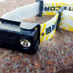 """NU20牛头灯是一款跑步类及户外活动使用的羽量级的头灯产品,过人之处一共有两点,其一是""""轻"""",含内置的锂电池电池总共47克;其次是""""可以直充"""";这也是装备轻量化,兼容话的不错选择,如果你携带一块充电宝作为能源,那摩这款就可以外接USB 2.0接口用来直接的充电;"""