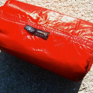 自从俺的超轻Sea to Summit的充气垫在重庆仙女山丢了收纳袋后,先有自由之魂提供了一个粗苯收纳袋,那个颜色不一致另外限量版不舍得用,于是原装品牌搭配自家产品;当然除了这个小的充气垫的收纳袋外,顺便给自动充气垫也弄身新的收纳袋备用,产品重量轻,防水,束口自带挂扣做工好是卖点